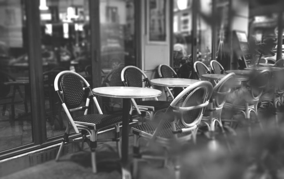 وسایل و صندلی های رستوران